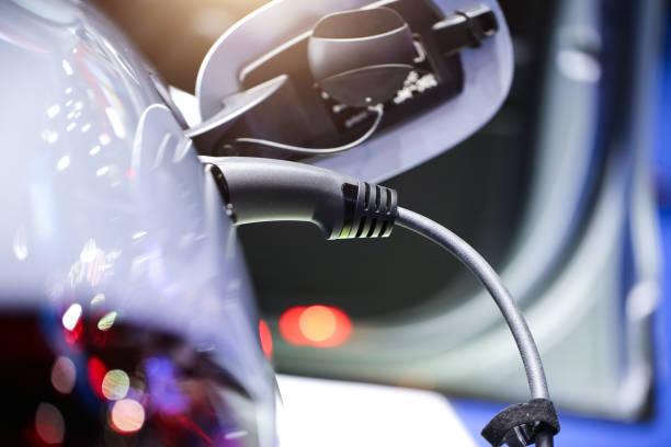 Voiture SUV hybride en chargement électrique